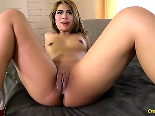 Thai chick takes a load of cum in pussy