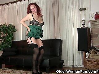 American milf Jessica O'Hare gives herself a dildo treat