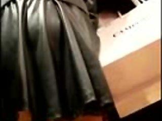 Troietta ripresa sotto la minigonna al centro commerciale
