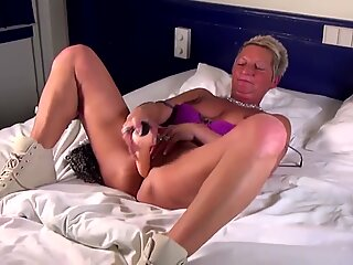 Booty old mother stuffs her mature pussy