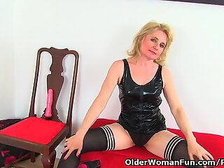 English mummy Diana inserts her cootchie with a pink dildo