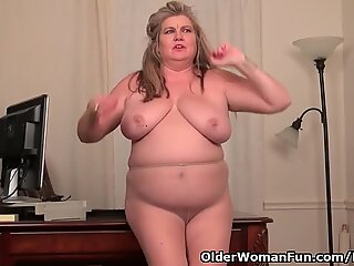 plus-size milf Love princess gives her pantyhosed poon a treat