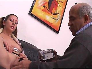 Giovanna scopa il vecchio bavoso
