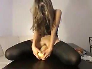Si masturba con l'auricchio