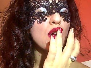 Sensuale Mistress HotwifeVenus ti fara impazzire, fuma e si lecca le dita.